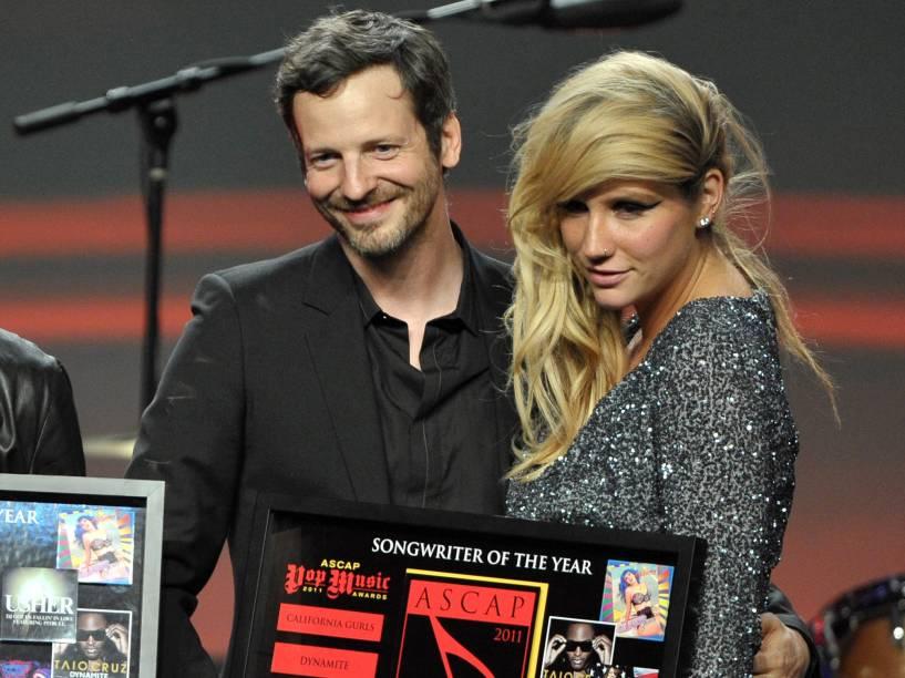 A cantora Kesha com o produtor Dr. Luke