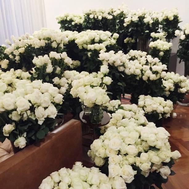 Segundo Kim Kardashian, as rosas brancas enviadas por Kanye West cobriram a suíte inteira do hotel