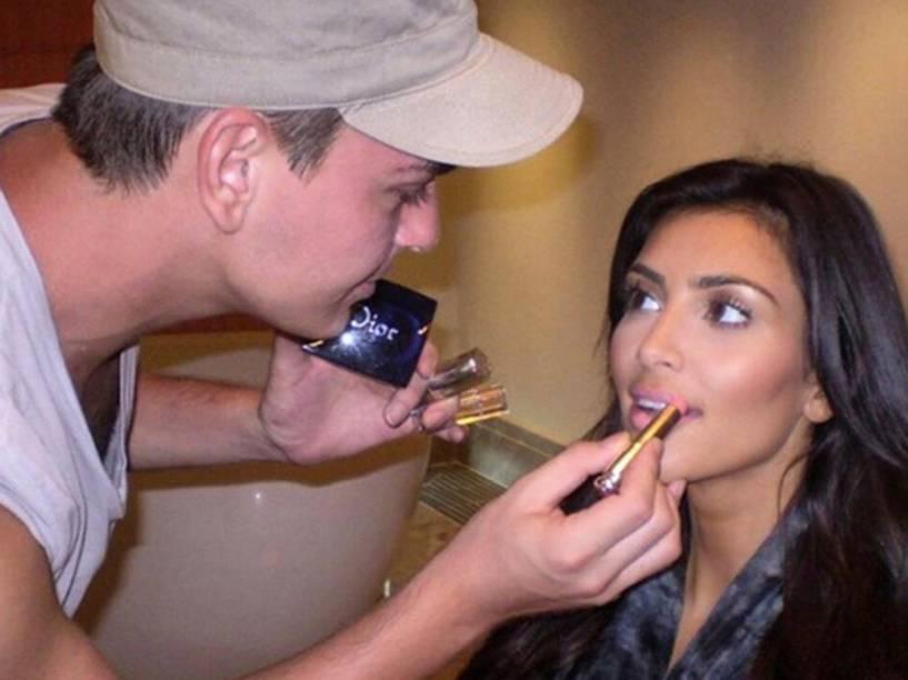 O maquiador Mario Dedivanovic e a socialite Kim Kardashian