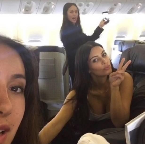 Kim Kardashian no avião, prestes a desembarcar no Brasil
