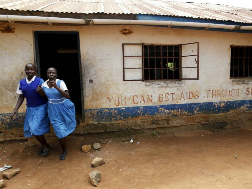 Garotas em frente à escola primária Barack Obama, em Kogelo, no Quênia
