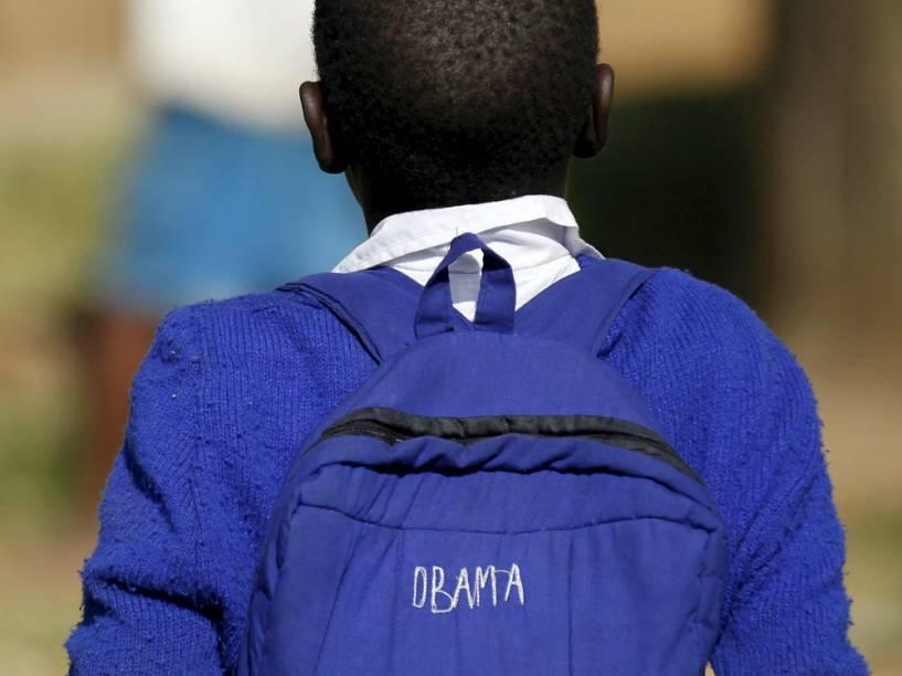 Garoto tem o nome Obama bordado em sua mochila, em Kogelo, no Quênia