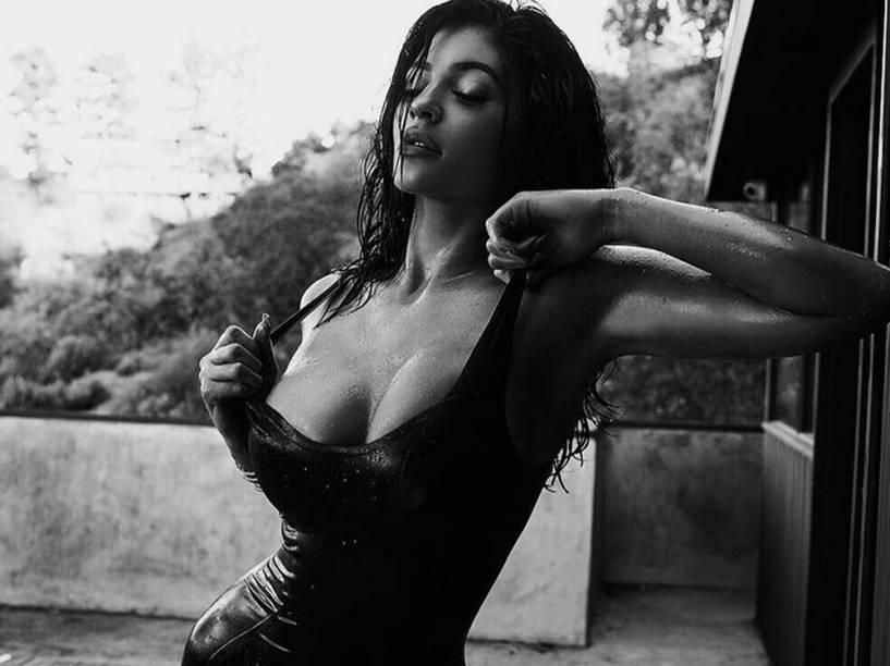 Kylie Jenner, a caçula dos Kardashian, faz pose sensual para o Instagram