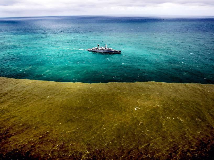 Lama de rejeitos minerais proveniente da barragem do Fundão, rompida no último dia 5, chega ao oceano no distrito de Regência, em Linhares (ES), neste domingo (22). A lama chegou ao mar após percorrer o leito do Rio Doce