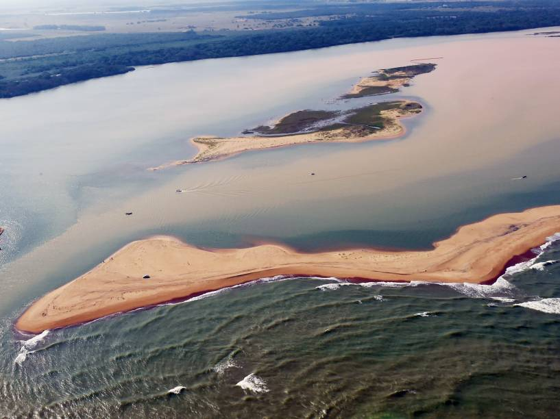 Lama de barragem da Samarco chega ao mar no ES