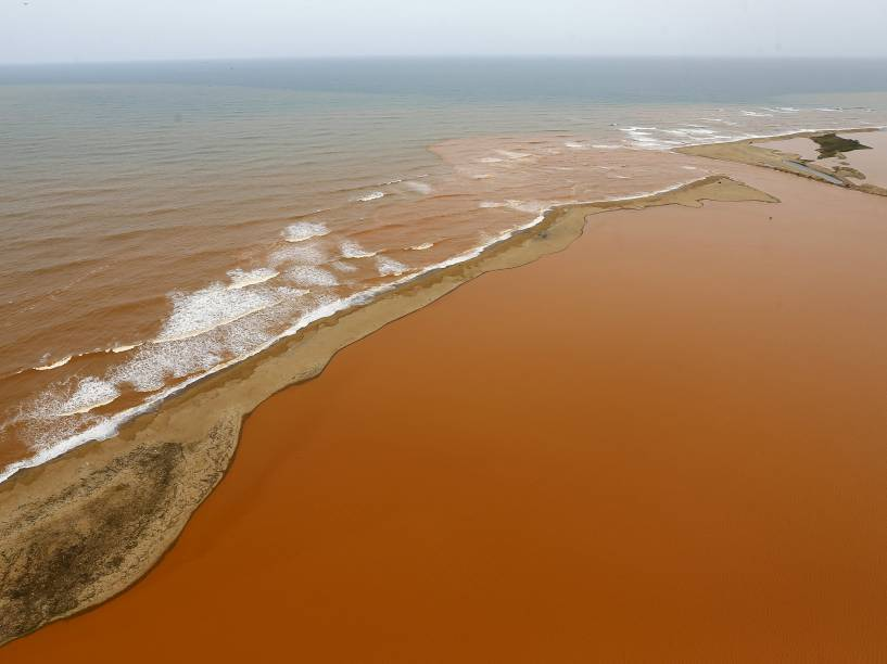A lama com rejeitos vindos da barragem de Mariana (MG), atravessa o município de Linhares e chega ao Oceano Atlântico, no litoral do Estado do Espírito Santo