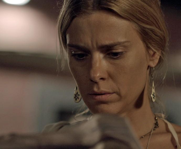 Lara (Carolina Dieckmann) em cena de 'A Regra do Jogo', da TV Globo