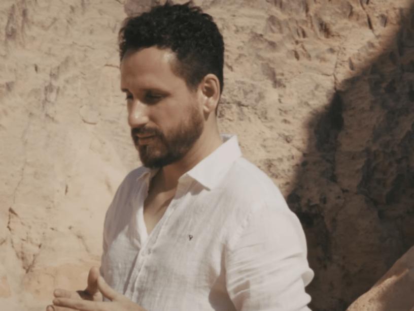 Leonardo Gonçalves em cena do clipe Ele Vive