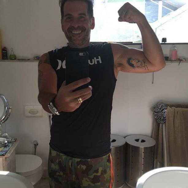 Leandro Hassum tira selfie e exibe a sua boa forma física