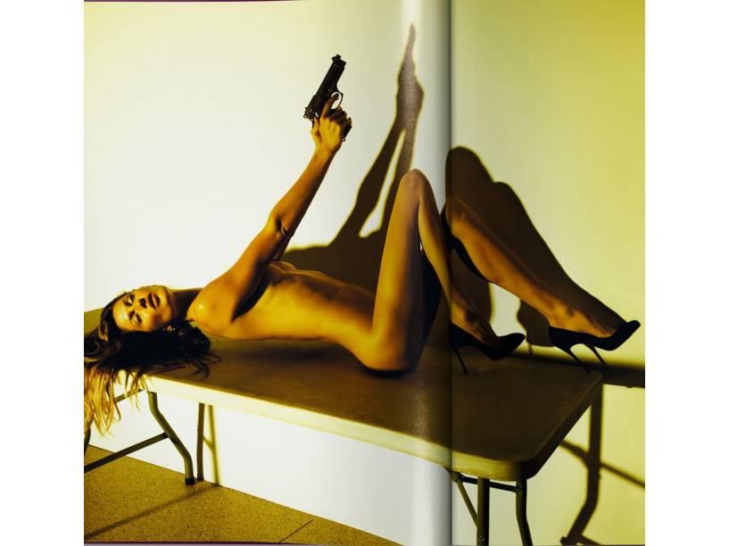 "Gisele Bündchen em foto de Mert Alas e Marcus Piggott para a ""Visionaire"" em 2012"
