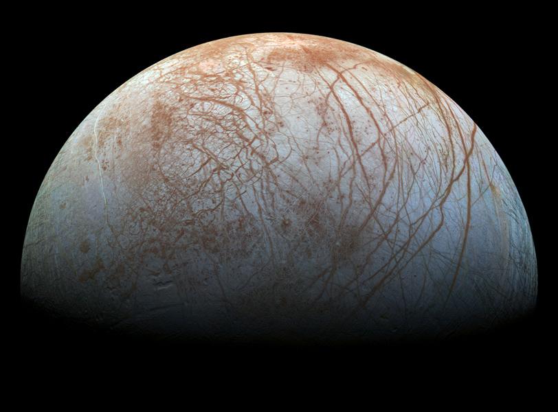 <p>A Nasa reprocessou uma série de imagens feitas pela sonda Galileo na década de 1990, ajustando suas coras para uma tonalidade mais realista. A foto mostra a lua de Júpiter Europa, como ela seria para olhos humanos</p>