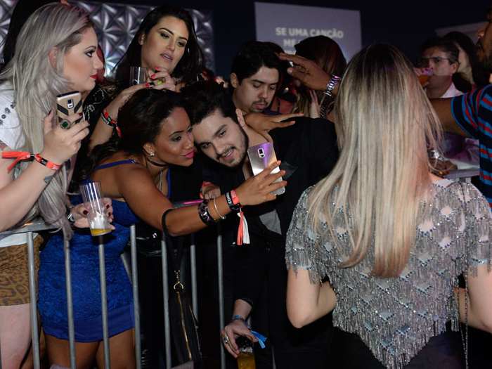 Luan faz selfie com fãs observado pela ex (ou atual) Jade Magalhães, no show de Jorge & Mateus