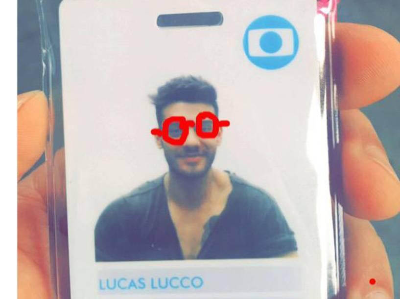 Crachá de Lucas Lucco na Rede Globo