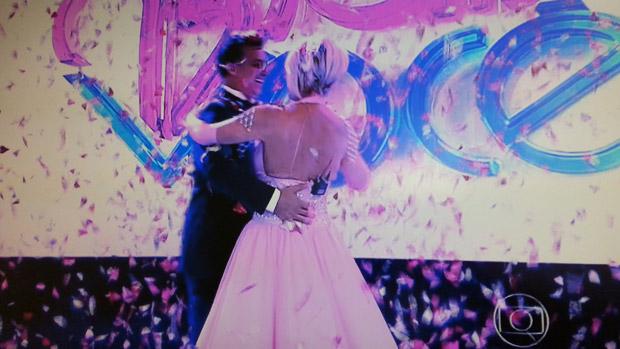 Luciano Huck dança valsa com a apresentadora Ana Maria Braga, no Mais Você