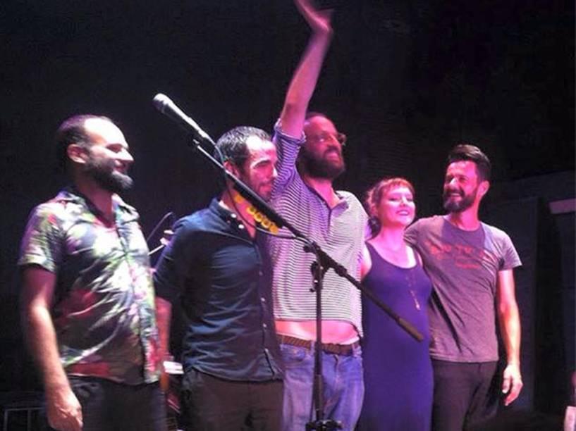 Mallu Magalhães chama a atenção para barriga de grávida em show da Banda do Mar