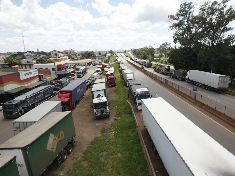 Manifestação de caminhoneiros que protestam contra o aumento do preço do combustível, paraliza a rodovia Fernão Dias (BR 381) em Iguarapé (MG) - 23/02/2015