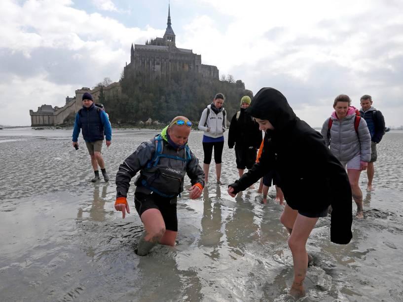 """O famoso Monte Saint-Michel (Normandia, França) atrai turistas de todos os cantos da França e de outros países para a """"maré do século"""", um fenômeno espetacular provocado por um alinhamento excepcional da lua e do sol, que influencia nas correntes marítimas"""
