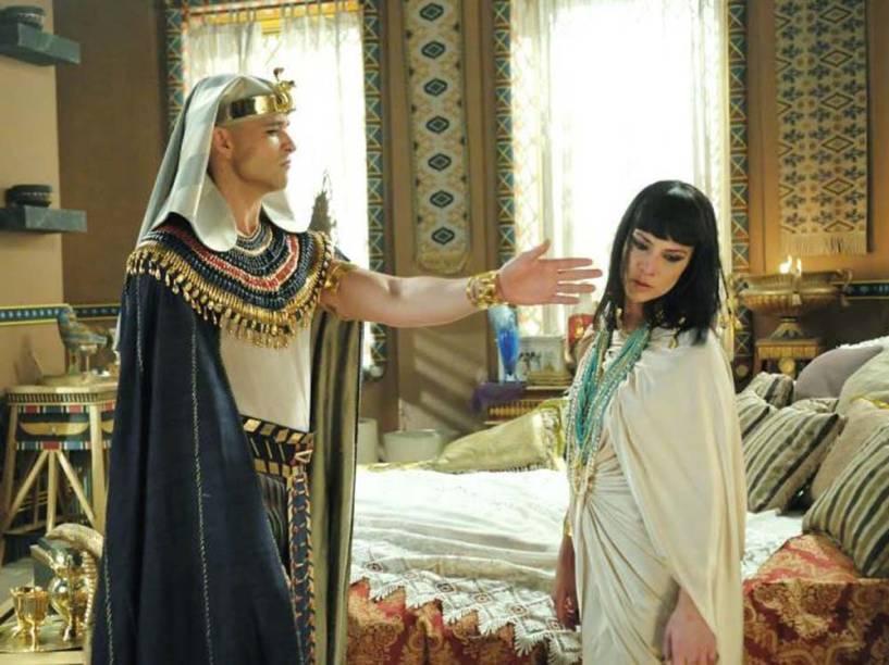 <p>Cena da novela Os Dez Mandamentos, da Record, em que Ramsés (Sérgio Marone) dá um tapa em Nefertari (Camila Rodrigues)</p>