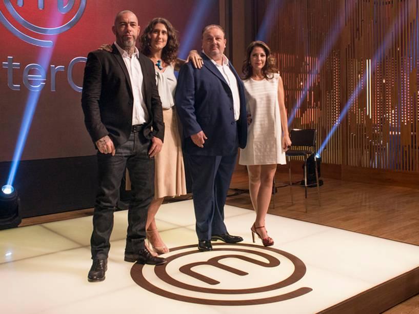 Os chefs Erick Jacquin, Paola Carosella e Henrique Fogaça posam ao lado da apresentadora Ana Paula Padrão para a terceira temporada de Masterchef Brasil