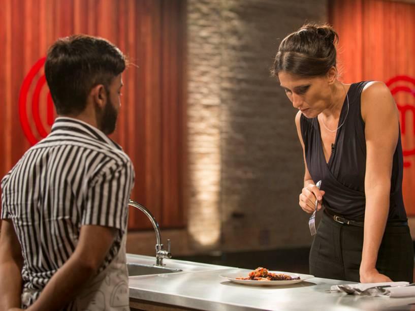 Chef e jurada Paola Carosella avalia um candidato ao programa Masterchef Brasil