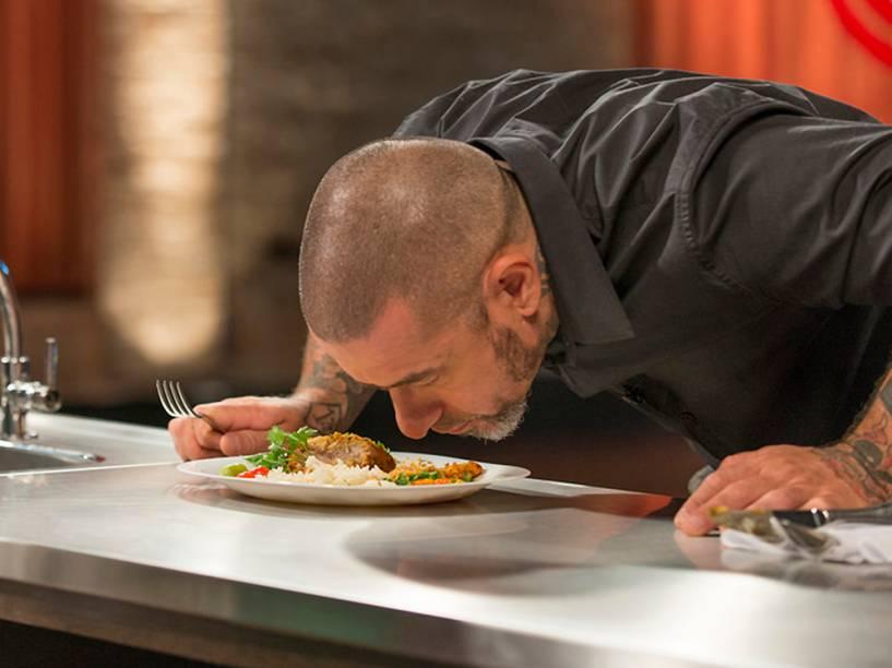 Chef Henrique Fogaça avalia prato de candidato à terceira temporada do programa Masterchef Brasil, da Band