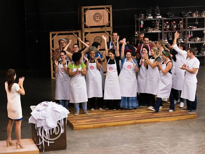 Os 21 participantes da terceira temporada de MasterChef Brasil comemoram sua classificação