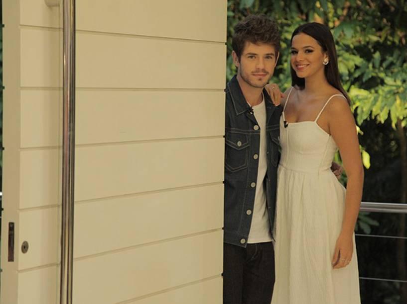 """Os atores Maurício Destri e Bruna Marquezine chegam à casa onde é gravado o programa """"Mais Você"""""""