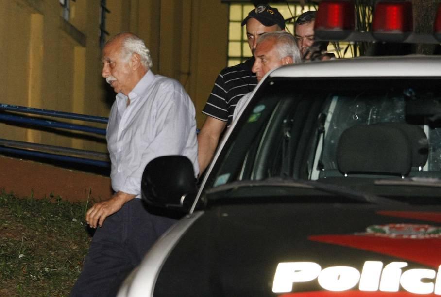 O médico Roger Abdelmassih (à esq.) deixa o IML (Instituto Médico Legal), em São Paulo (SP), depois de ser submetido a exame de corpo de delito, antes de ser encaminhado para a delegacia de polícia em 2009
