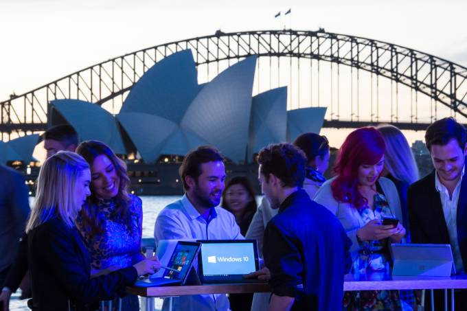 alx_microsoft-windows-10-launch-in-sydney-fans-interacting-with-devices-at-_original.jpeg