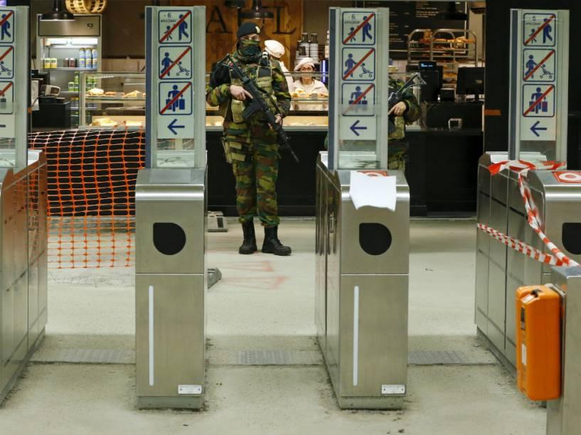 Militar em uma estação de metrô em Bruxelas