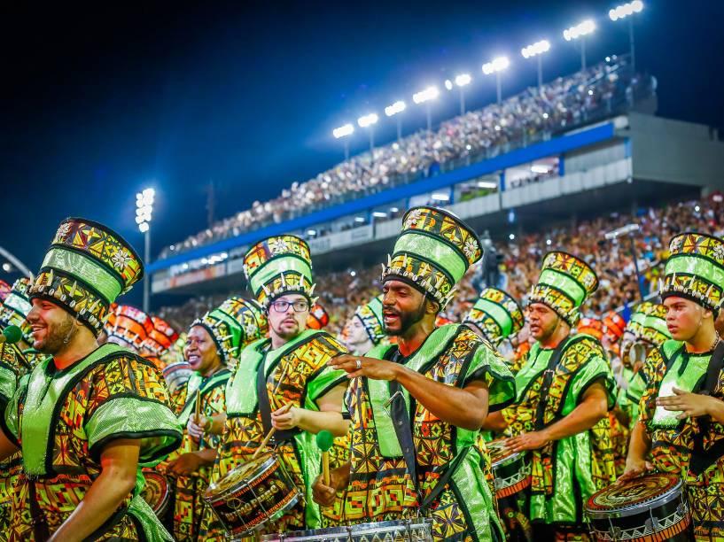 Bateria da Escola de Samba Mocidade Alegre durante o desfile válido pelo Grupo Especial, no Sambódromo do Anhembi, em São Paulo (SP)