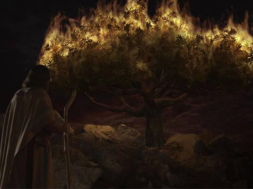 <p>Moisés (Guilherme Winter) avista a sarça em chamas enquanto conversa com Deus</p>