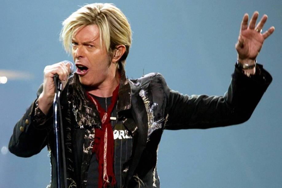 David Bowie durante show na cidade de Montreal, em 2003