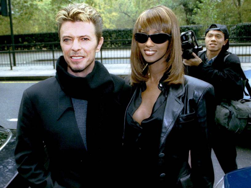 O cantor David Bowie e a mulher, a ex-top model Iman, em Londres (1995)
