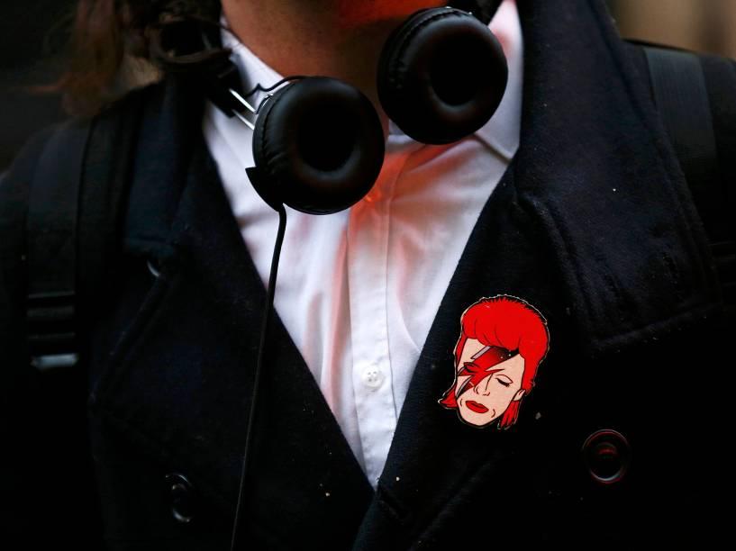 Homem faz homenagem para David Bowie, em Londres no dia em que foi anunciada a morte do cantor britânico