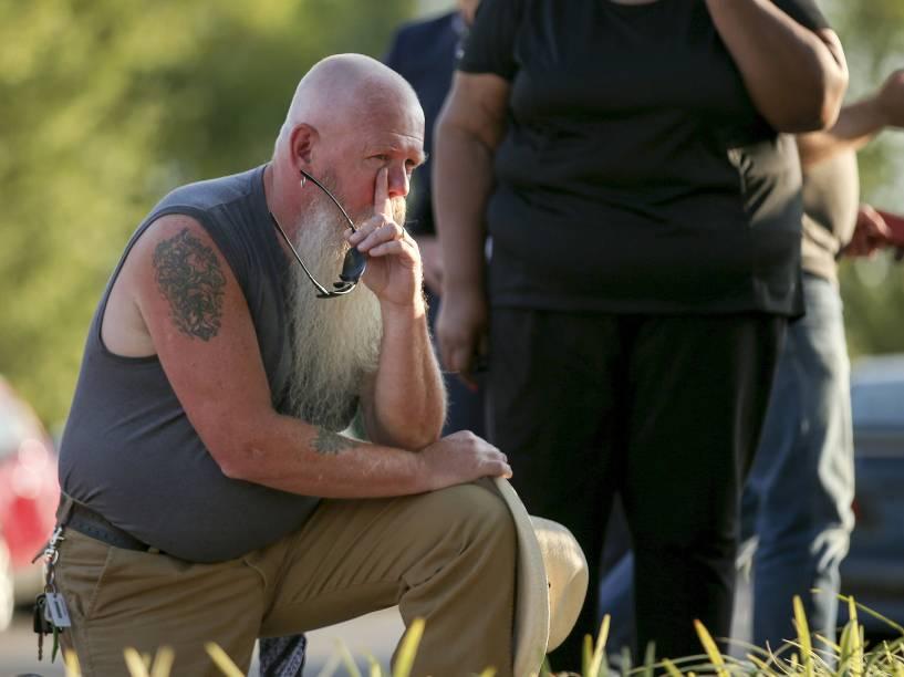 Memorial próximo ao escritório da emissora WDBJ7, na cidade de Roanoke, no Estado da Virgínia, onde trabalhavam os dois jornalistas mortos durante transmissão ao vivo. O suspeito identificado é Vester L. Flanagan, ex-funcionário da emissora WDBJ7
