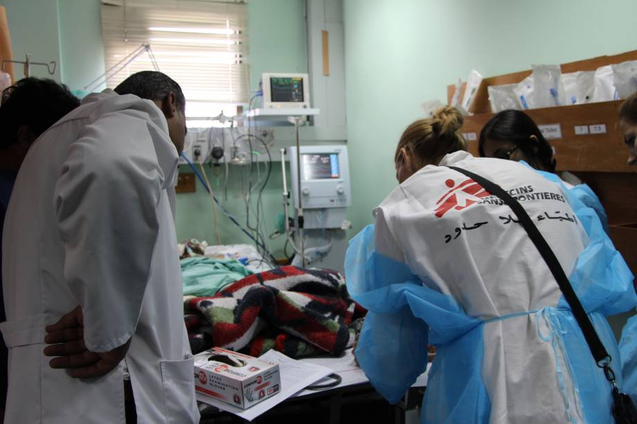 Atendimento de emergência ao hospital de MSF na Faixa de Gaza