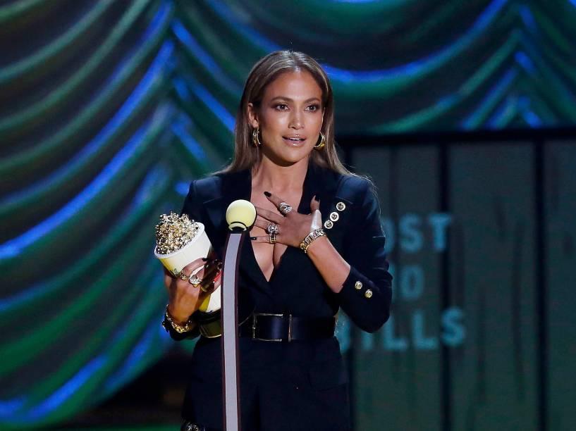 """Jennifer Lopez recebe prêmio de """"Atuação mais assustadora"""", por """"O garoto da casa ao lado"""", durante o MTV Movie Awards, em Los Angeles, Califónia"""