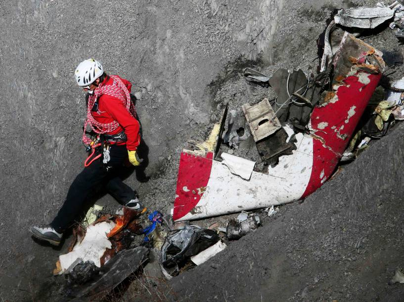 <p>Membro da equipe de resgate francesa inspeciona os destroços do Airbus A320 da Germanwings no local do acidente, nos Alpes franceses - 29/03/2015</p>