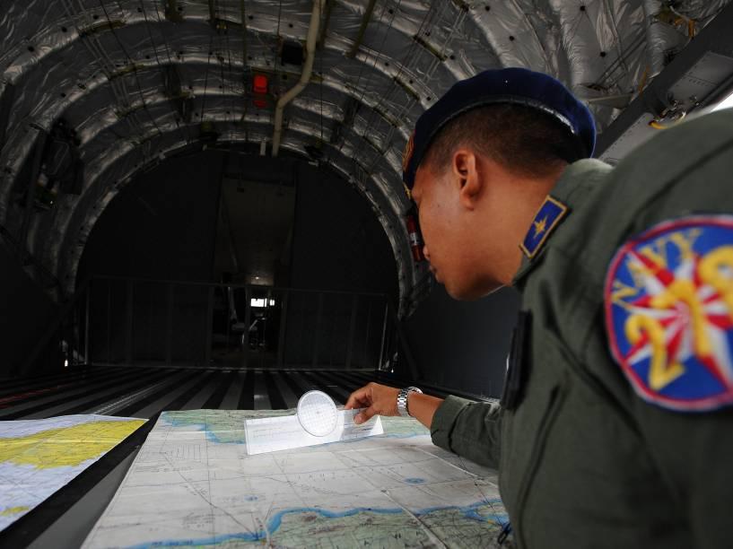 Membro da Marinha da Indonésia se prepara para mais uma etapa das operações de resgate de voo QZ8501 da AirAsia em Surabaya - 03/01/2015