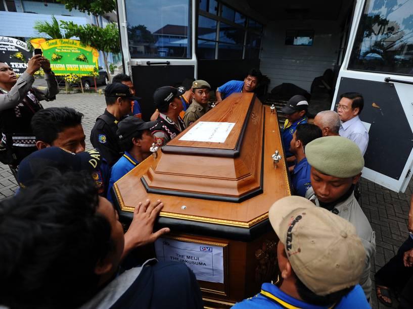 Homens carregam o caixão uma das vítimas do acidente de com o voo QZ8501 da AirAsia em Surabaya, na Indonésia - 03/01/2015
