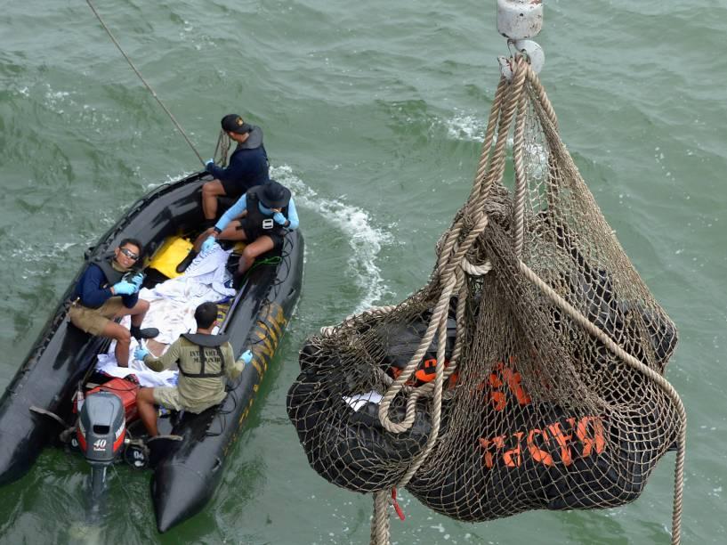 Equipes de resgate da Marinha Indonésia retiram do mar, corpos das vítimas do acidente aéreo com a aeronave da AirAsia - 03/01/2015
