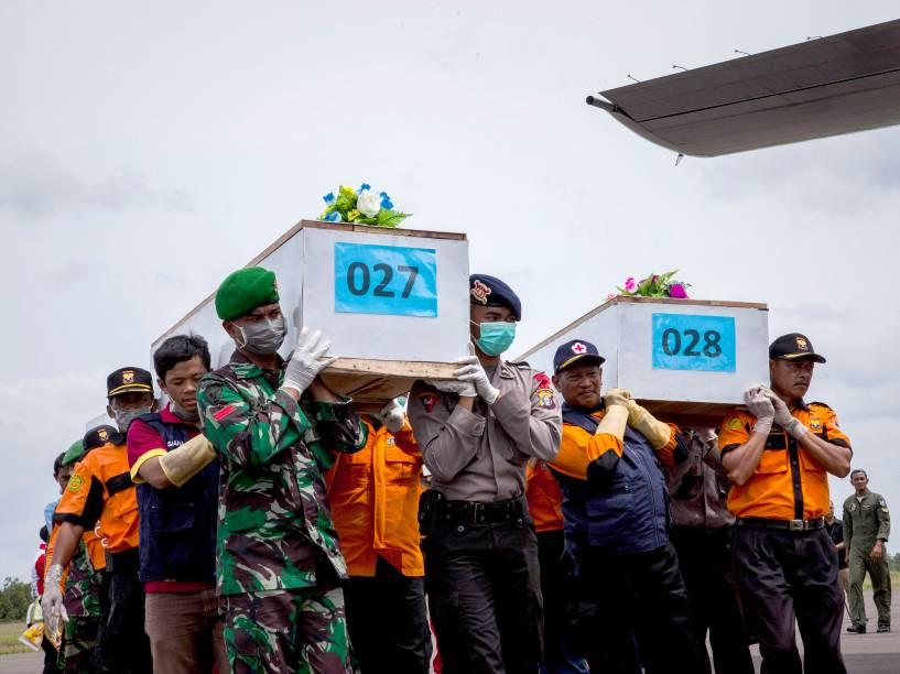 Equipes de resgate carregam corpos das vítimas do acidente aéreo com a aeronave da AirAsia na base aérea Iskandar em Pangkalan Bun, na Indonésia - 03/01/2015