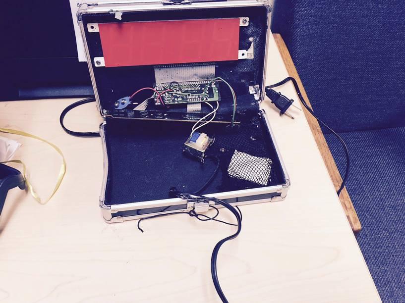 O relógio criado pelo garoto Ahmed Mohamed foi confundido com uma bomba por seus professor em uma escola em Irving, no Texas - 16/09/2015