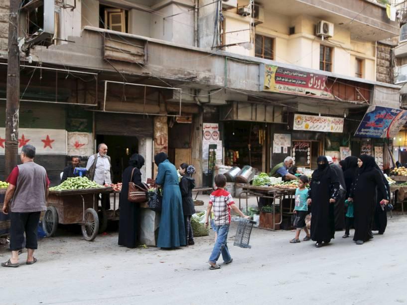 Comerciantes vendem produtos ao longo de uma rua de bairro Bustan al-Qasr em Aleppo, na Síria - 14/10/2015