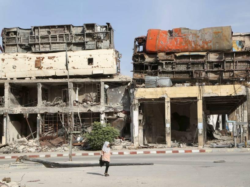 Ônibus são colocados sobre as casas para servir de barricadas contra os ataques das forças leais ao presidente Bashar al-Assad na cidade velha de Aleppo, na Síria - 18/10/2015