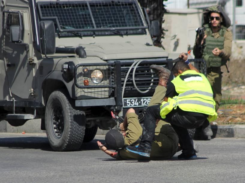 Palestino que se passava por jornalista, ataca a facadas um soldado israelense perto da cidade de Hebron, Cisjordânia