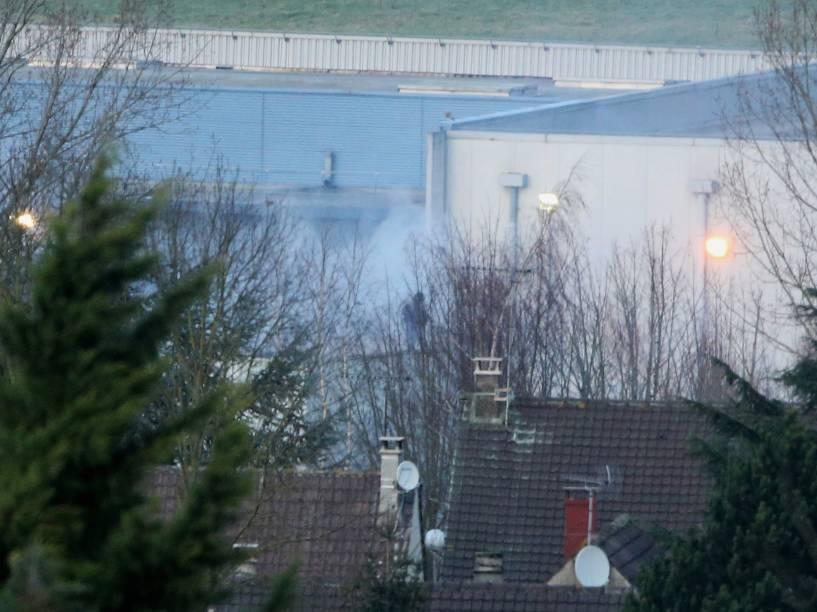 Fumaça sai do prédio enquanto policiais das forças especias da França invadem prédio em Dammartin en Goele, próximo a Paris