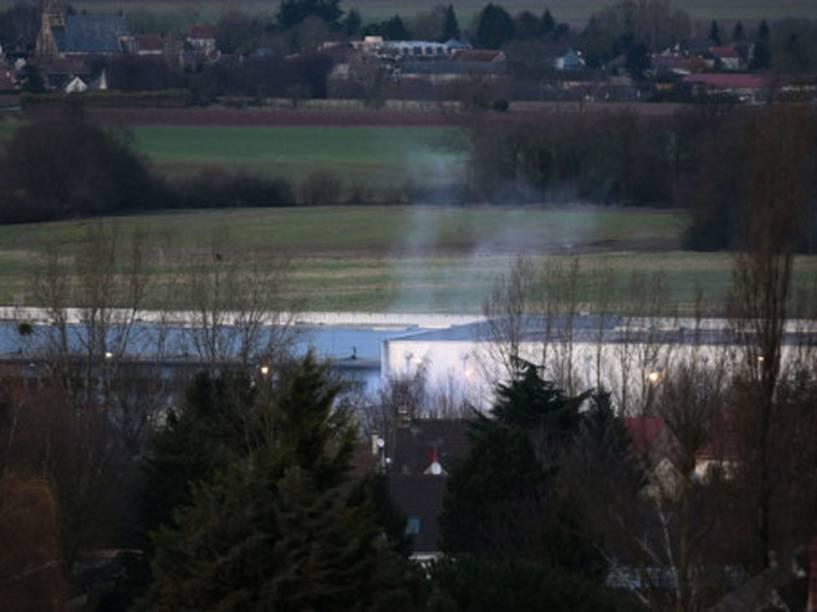 Fumaça é vista saindo do local onde irmãos suspeitos de ataque à revista Charlie Hebdo estão refugiados com um refém. Explosões e disparos foram ouvidos há poucos minutos