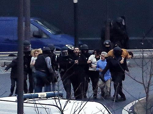 Forças especiais da polícia francesa retiram reféns de dentro de mercado em Porte de Vincennes, leste de Paris